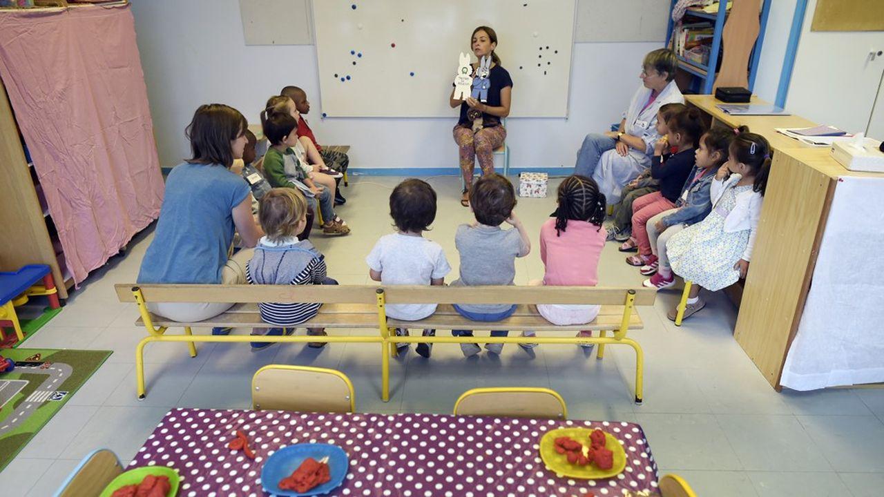 Les dédoublements de classe, mesure phare du gouvernement pour les CP et CE1 des quartiers défavorisés, vont s'étendre à la grande section de maternelle à partir de cette rentrée.