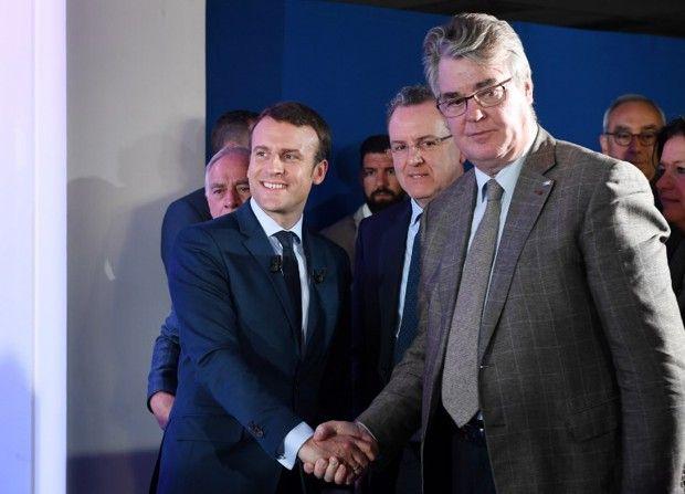Jean-Paul Delevoye, alors en charge du comité chargé des investitures à En Marche, avec Emmnuel Macron le 28mars 2017.