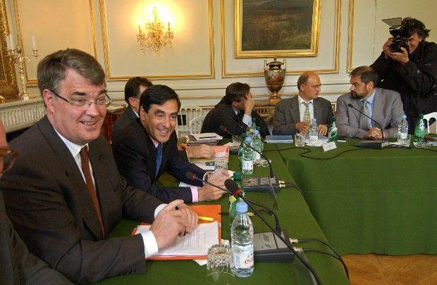 Jean-Paul Delevoye, ministre de la Fonction publique, et François Fillon, ministre des Affaires sociales, en mai2003 lors d'une réunion sur les retraites avec les partenaires sociaux. A droite, le secrétaire général de la CFDT, François Chérèque, et son secrétaire national Jean-Marie Toulisse.