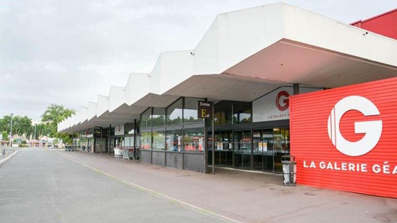 Pour satisfaire à l'interdiction du travail dominical, l'hypermarché Casino d'Angers a remplacé ce jour-là les employés par des machines et réduit le personnel à des prestataires extérieurs de sécurité.