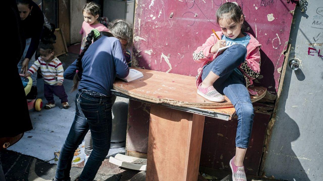 En 2016, le Défenseur des droits et le Défenseur des enfants évoquaient déjà «les 10.000 enfants qui vivent en bidonvilles dont 80% ne sont pas scolarisés». La situation n'a «pas vraiment» évolué depuis, regrette la Défenseure des enfants, Geneviève Avenard.