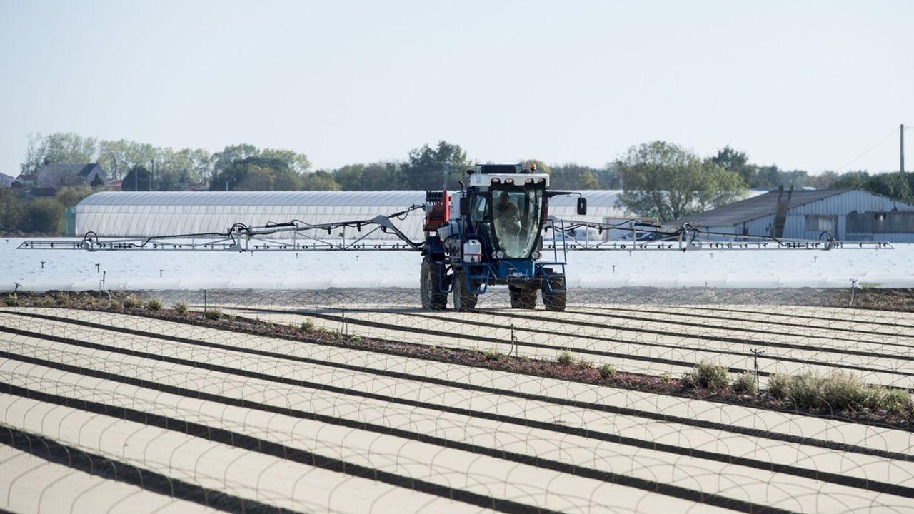 «Pour beaucoup de riverains la seule vue d'un pulvérisateur signifie danger», dit Christian Huyghe, directeur scientifique à l'agriculture de l'Institut national de recherche agronomique. «Même lorsque l'agriculteur épand des produits de biocontrôle», alternatives écologiques aux pesticides.