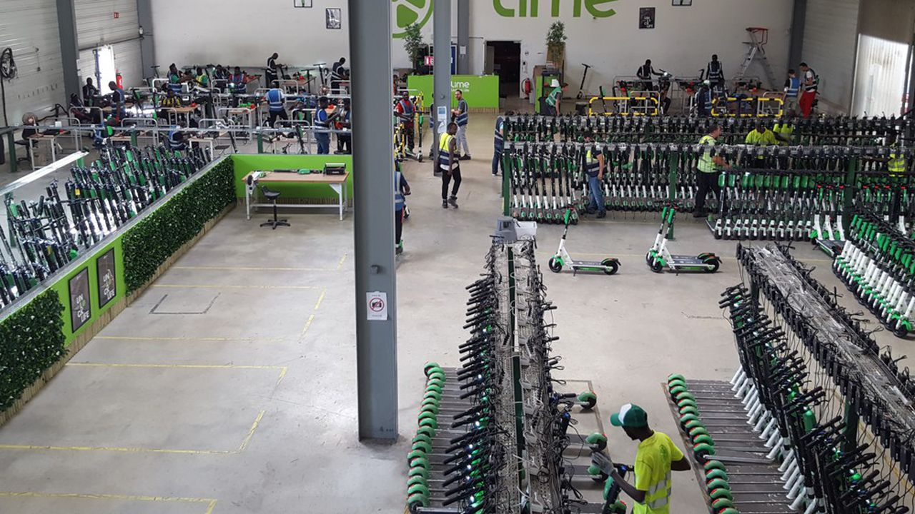 La maintenance des trottinettes Lime, principal opérateur à Paris, est assurée dans son entrepôt d'Arcueil
