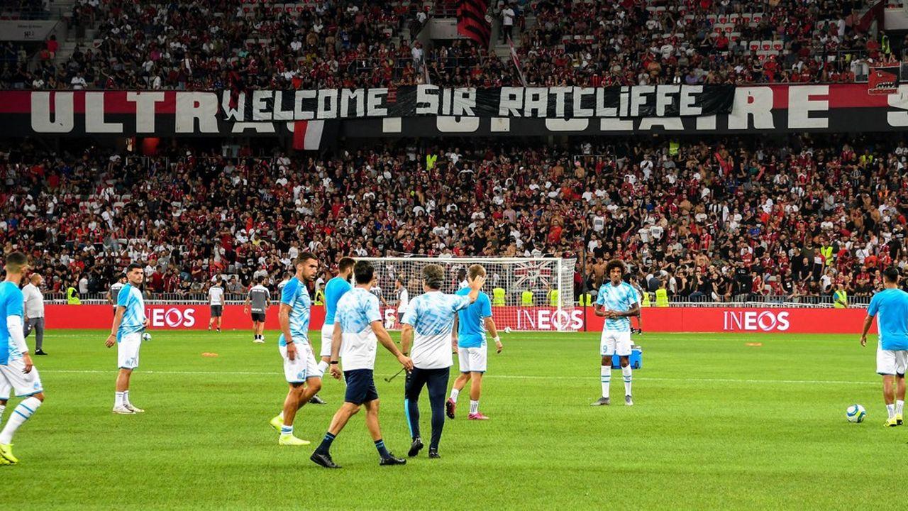 Les supporteurs de l'OGC Nice souhaitent la bienvenu à Jim Ratcliffe, repreneur anglais du club azuréen.