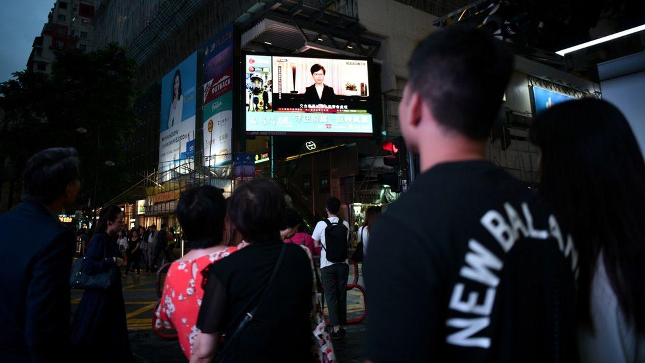 Les Hongkongais se pressaient le 4septembre devant les écrans de télévision disposés dans la rue pour écouter la cheffe de l'exécutif, Carrie Lam, annoncer le retrait de son projet de loi d'extradition, après trois mois de manifestations.
