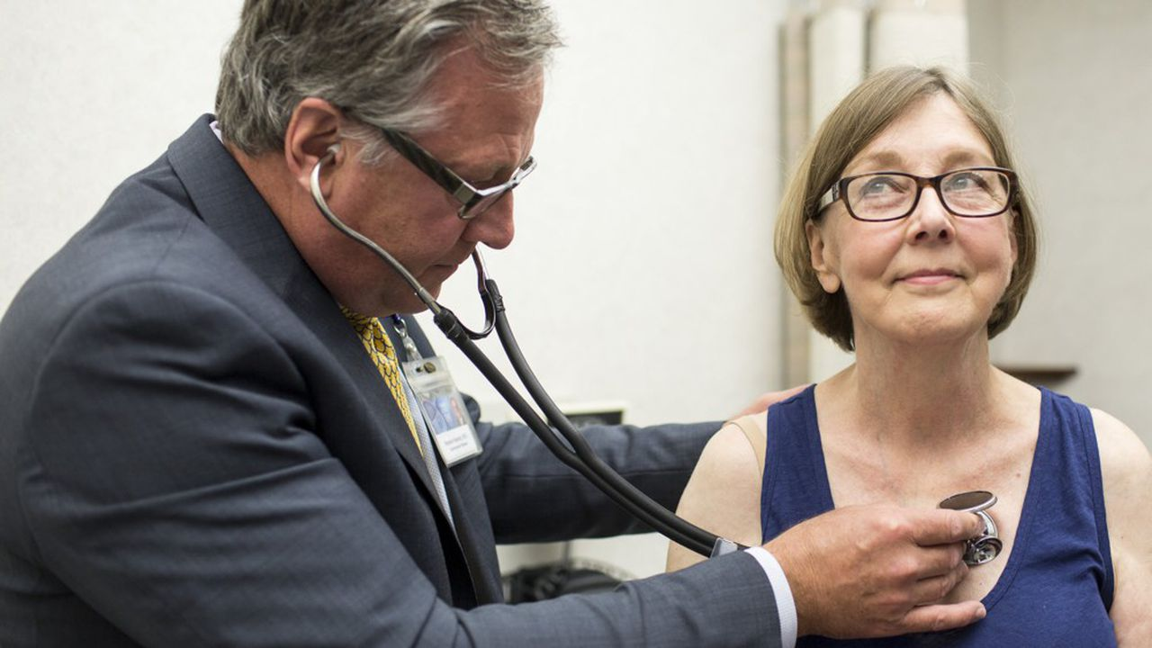 En Suède, le patient peut choisir sa structure de soins primaires, où il est pris en charge par une équipe pluridisciplinaire salariée. Il accède aux soins de premier recours gratuitement.