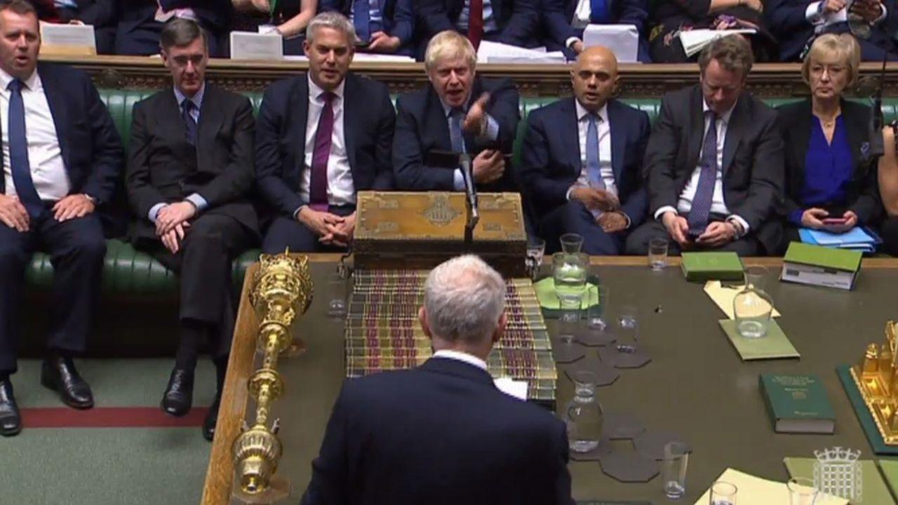 Boris Johnson espère contraindre Jeremy Corbyn (de dos ici mercredi à la Chambre des communes) à approuver l'organisation d'élections législatives anticipées pour la mi-octobre.