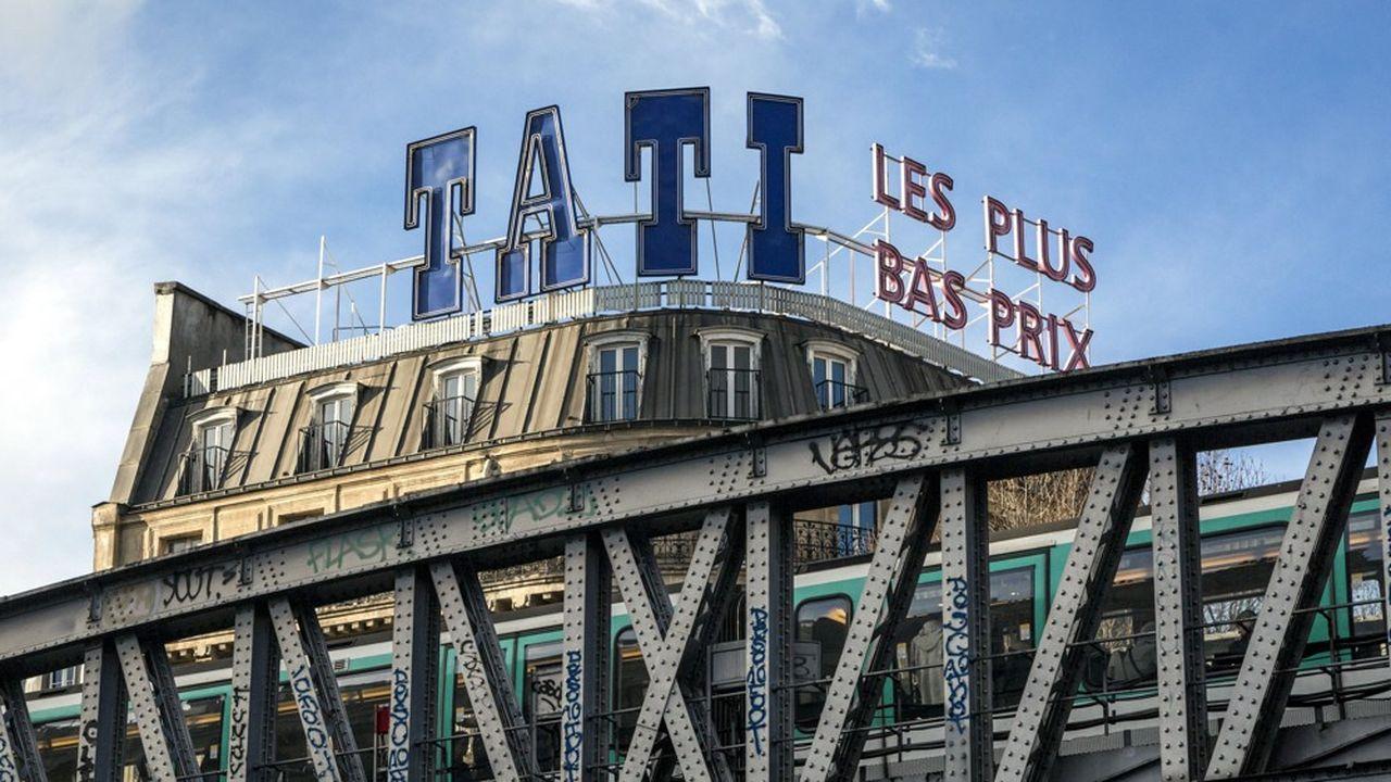 L'enseigne Tati ne disparaîtra pas complètement puisqu'elle subsistera sur le fronton du magasin historique du boulevard Barbès, à Paris, ouvert par son fondateur Jules Ouaki.
