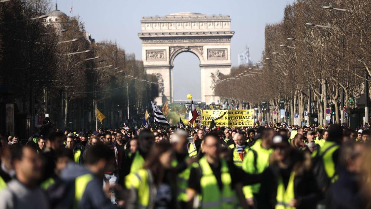 Une manifestation de « gilets jaunes » à Paris, sur les Champs-Elysées, le 23 février dernier.