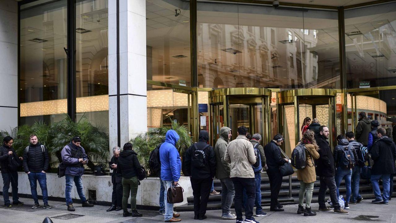 Les Argentins se sont rués vers les bureaux de change pour échanger leurs pesos contre des dollars.