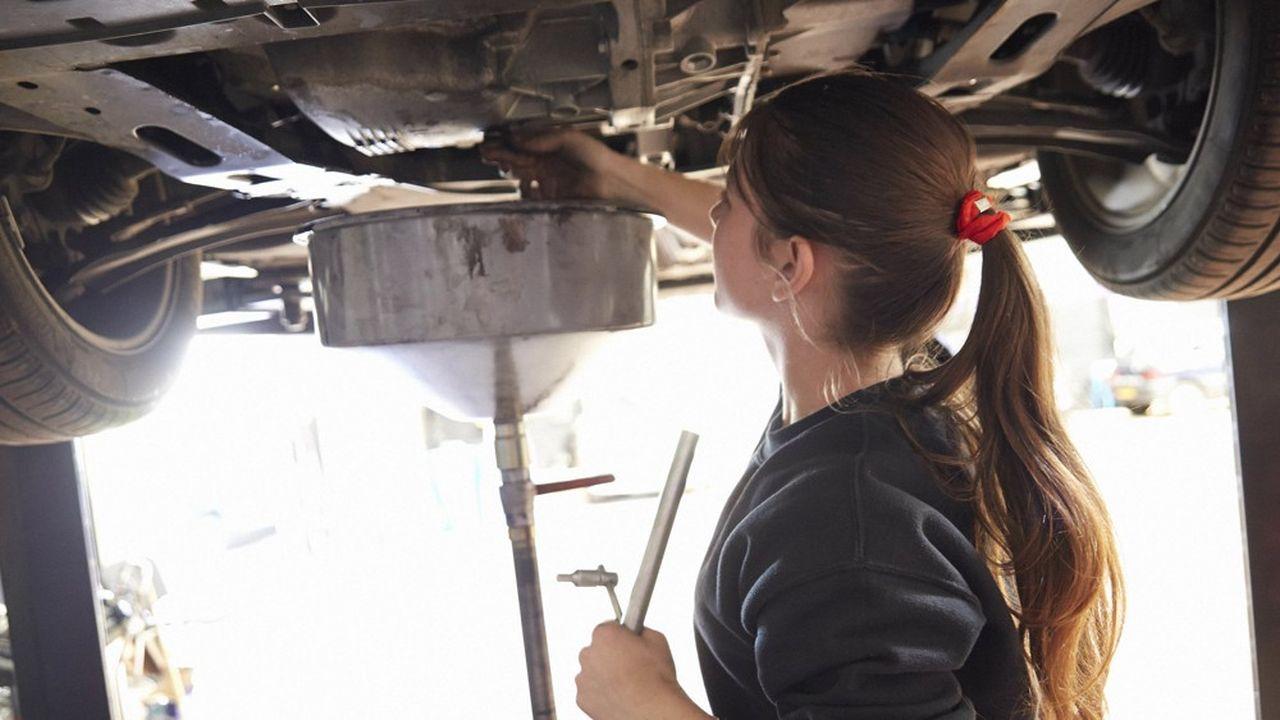 Une mécanicienne au travail dans un garage. Les entreprises de 50 à 249 salariésont jusqu'au 1ermars 2020 pour publier leur index.