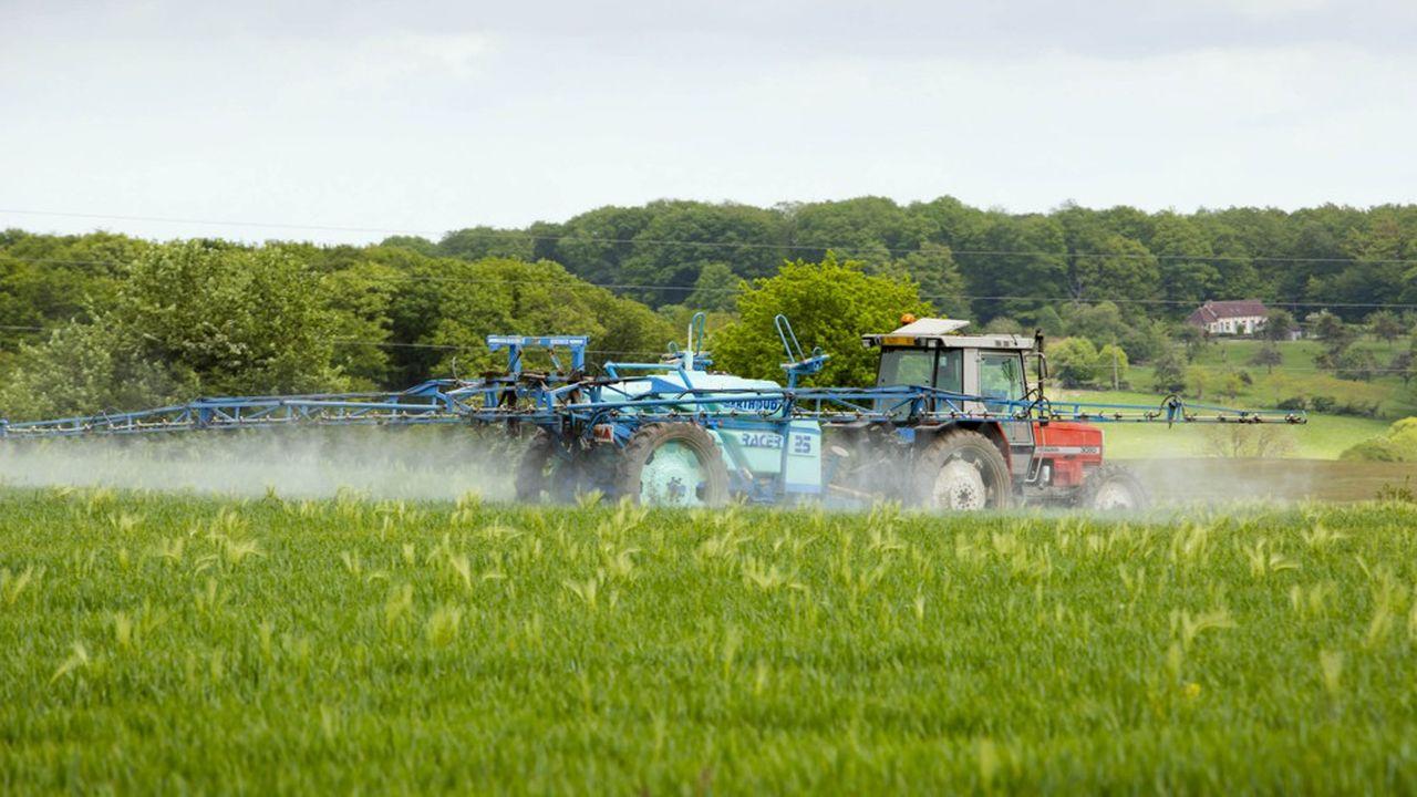 Selon les ONG environnementales, le projet de réglementation sur les zones «zéro pesticide» du gouvernement se fonde sur une méthodologie obsolète qui, par exemple, édicte uniquement des distances-test de 2-3, 5 et 10 mètres lors de l'emploi d'un pulvérisateur à rampe, utilisé dans les grandes cultures.