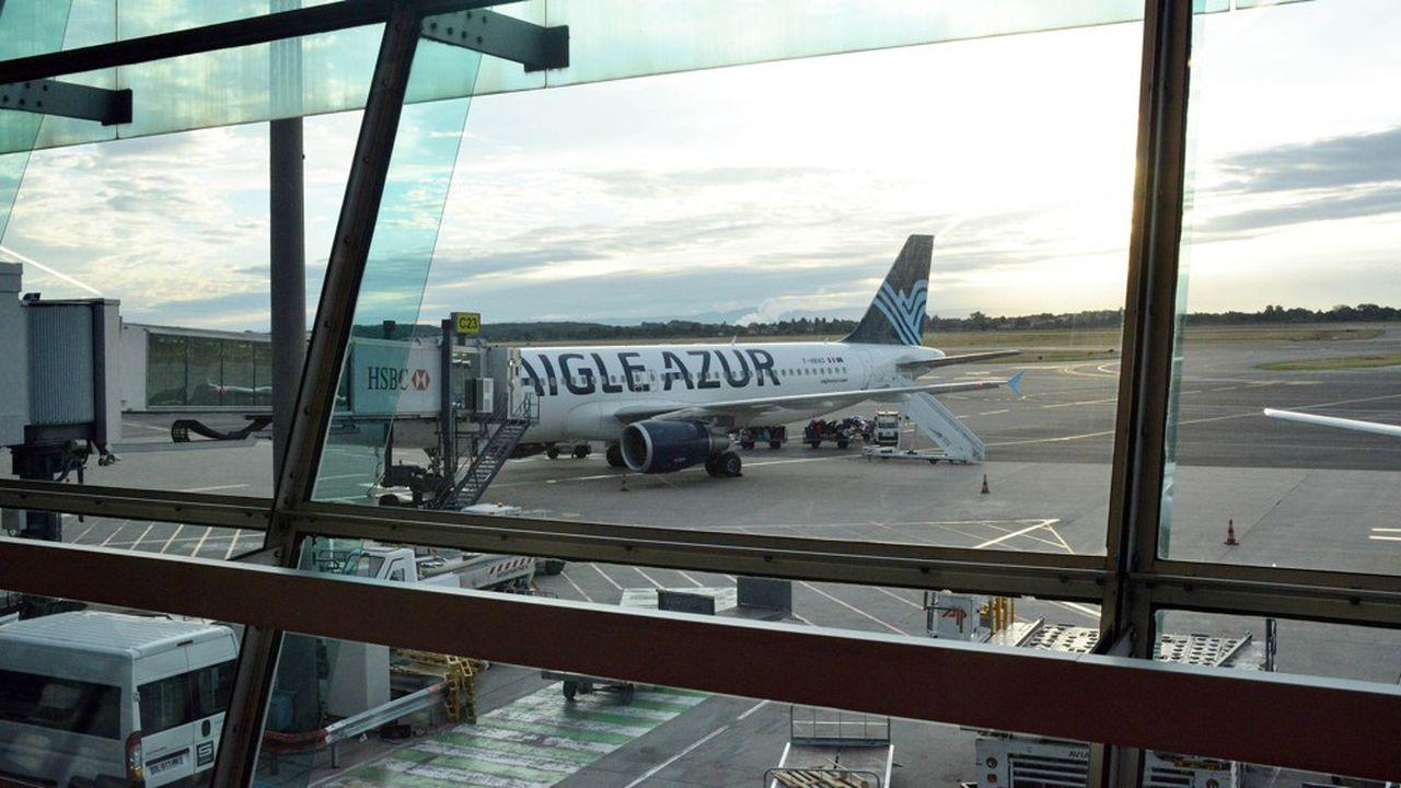 Cloués au sol depuis vendredi soir, une partie des équipages et des avions d'Aigle Azur ont suscité des offres de reprises.