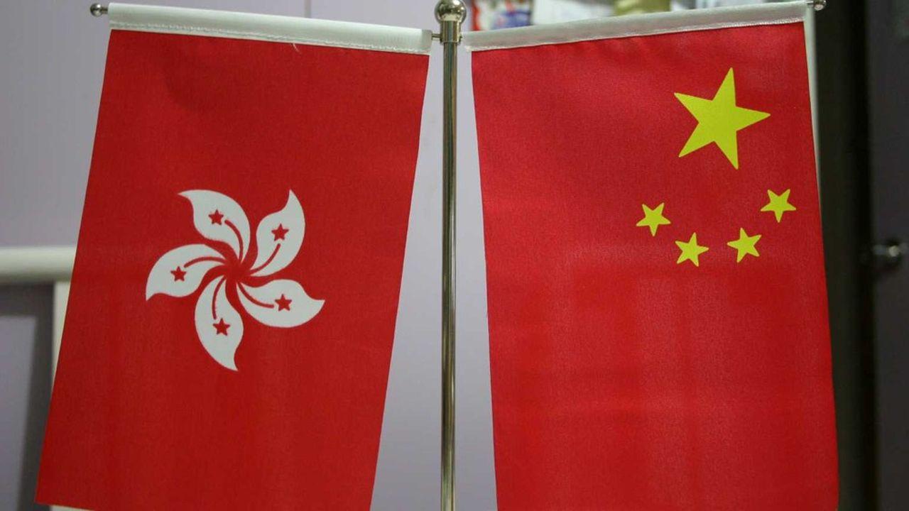 Hong Kong et Pékin: un pays, deux systèmes, et deux drapeaux.