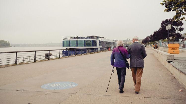 Un couple de seniors sur les quais de Bordeaux Gironde.