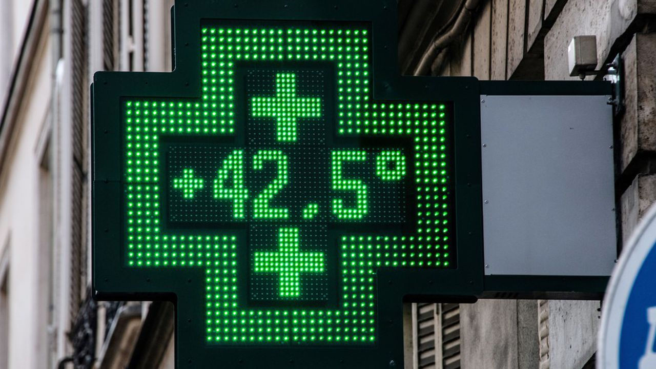 (FILES) This file photo taken on July 25, 2019 shows a pharmacy thermometer displaying a temperature of 42,5 degrees Celsius, in Paris, as a new heatwave hits the French capital. - In June and July 2019 in France, around 1.500 more people died than usual due to heatwaves, according to a French Ministry of Health study released on September 8, 2019. (Photo by BERTRAND GUAY / AFP)