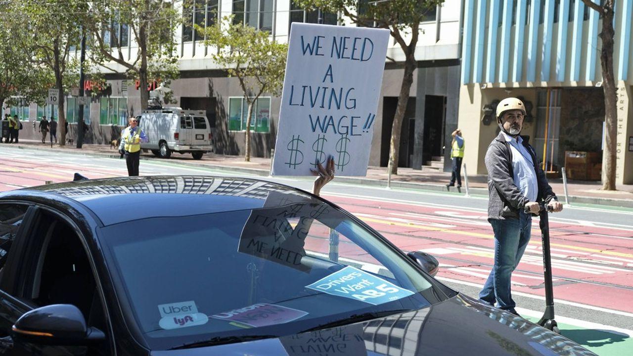 Un chauffeur de Lyft proteste contre ses conditions de travail dans les rues de San Francisco.