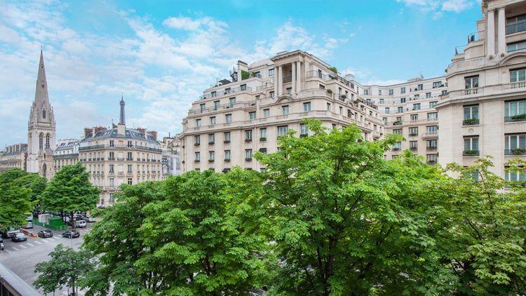 Vue directe et dégagée sur l'avenue George-V et sur l'hôtel Four Seasons George V
