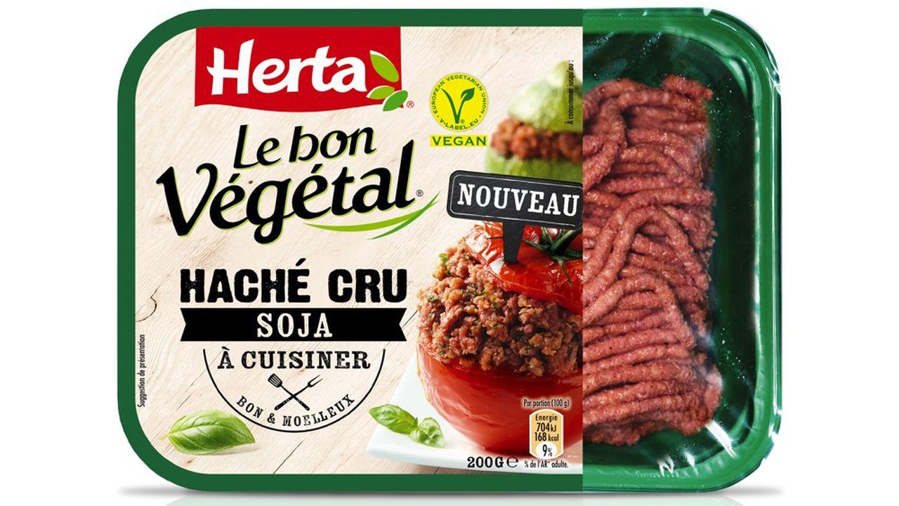 Herta, la division charcuterie de Nestlé, lance un produit inédit en grandes surfaces, le steak haché vegan cru et le haché cru en barquette.