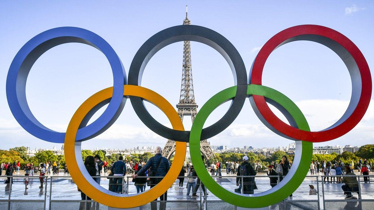 Les anneaux olympiques sur le parvis du Trocadero.