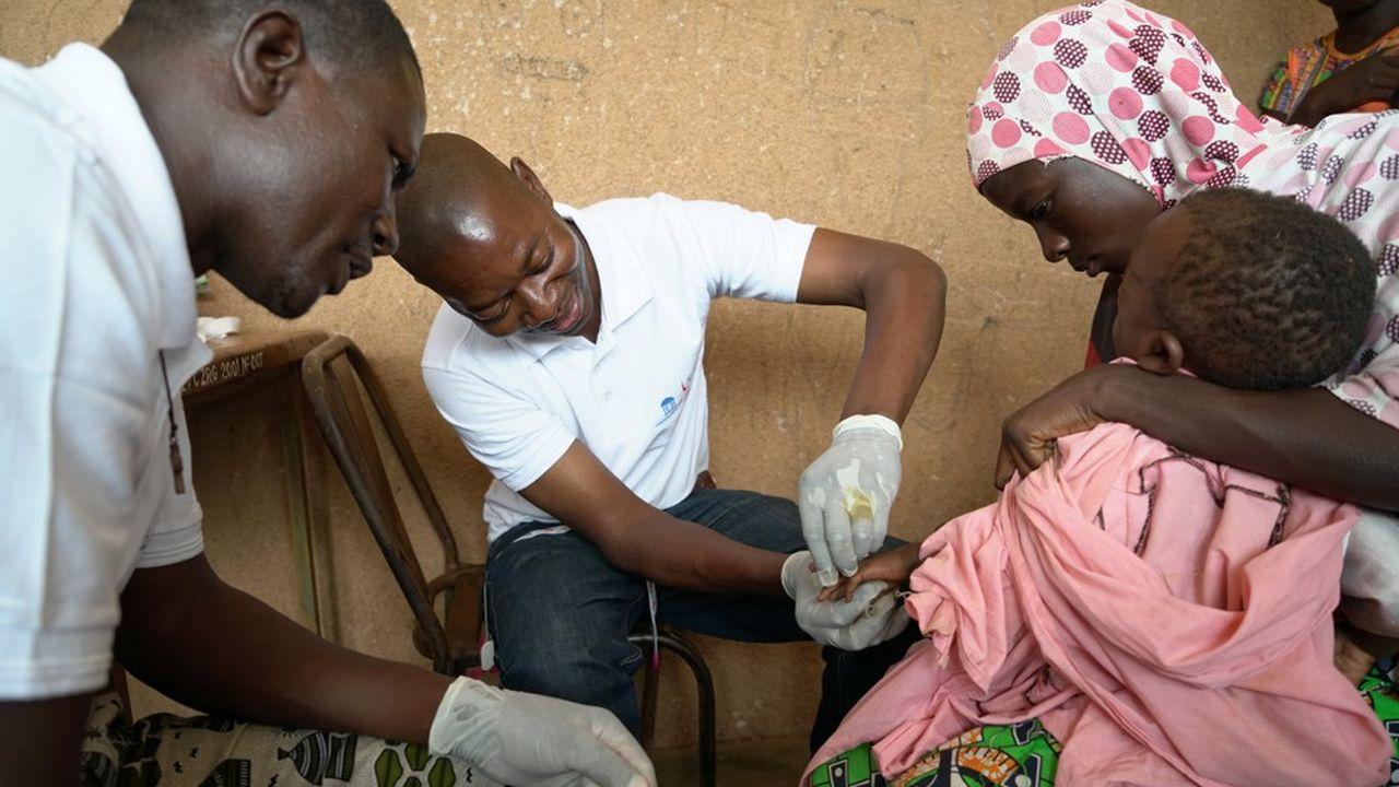 Séance de dépistage à Zorgo, au Burkina Faso, menée grâce à la fondation Pierre Fabre.