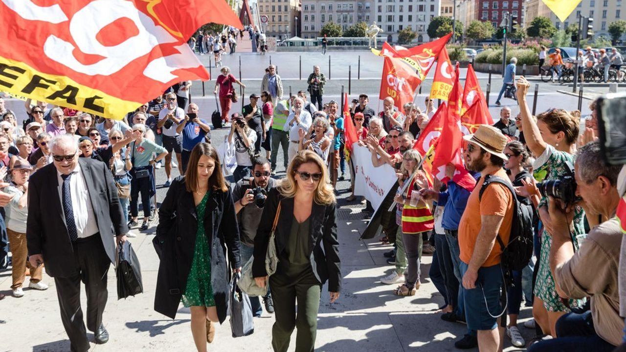 Laura Pfeiffer a été accueillie devant la Cour d'appel de Lyon par les vivats de 250 personnes rassemblées par une intersyndicale de l'inspection du travail.