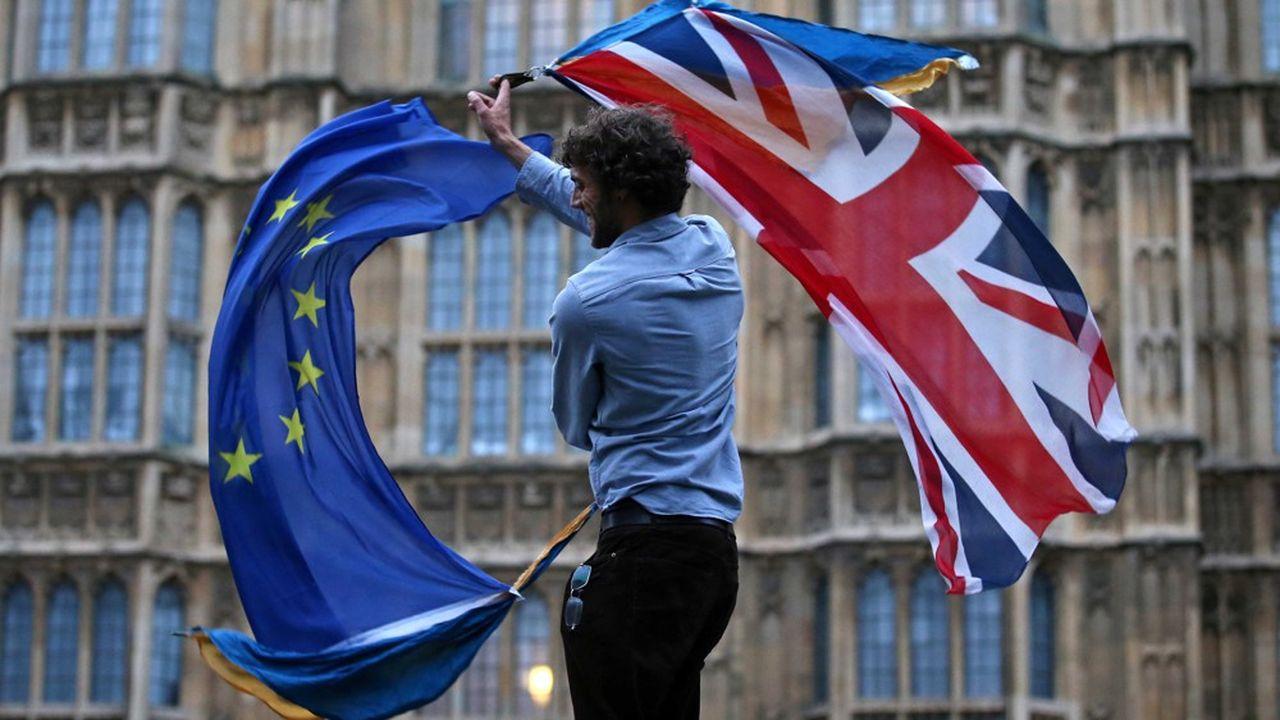 A Londres, en 2016, un homme agite deux drapeaux. A gauche, celui de l'Union européenne. A droite, celui du Royaume-Uni.