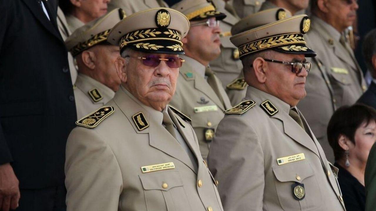 Depuis une semaine, les autorités algériennes ont lancé une course contre la montre pour respecter le calendrier fixé par l'homme fort du pays, le général Ahmed Gaïd Salah (au premier plan)