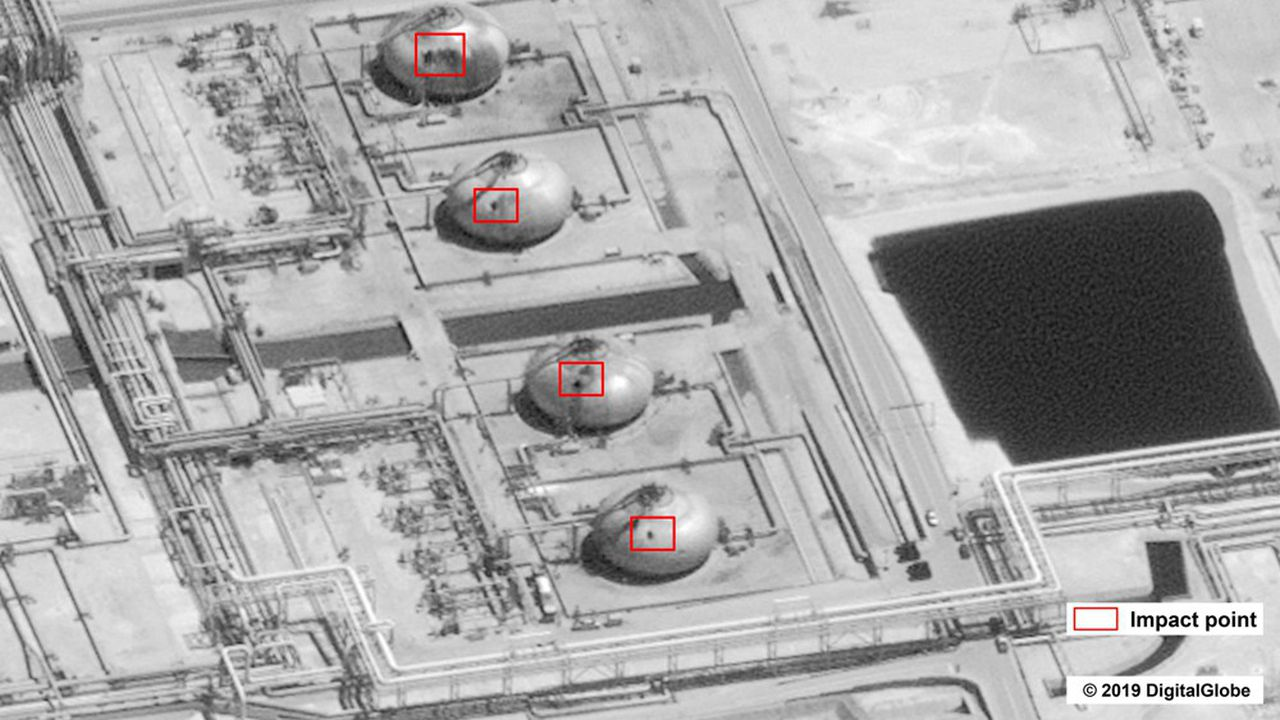 Cette photo diffusée par l'administration américaine montre les dégâts infligés par l'attaque de drones sur le site de Saudi Aramco à Abqaiq, par lequel transitent 5,7millions de barils de pétrole par jour, près de 60% de la production du royaume wahhabite.