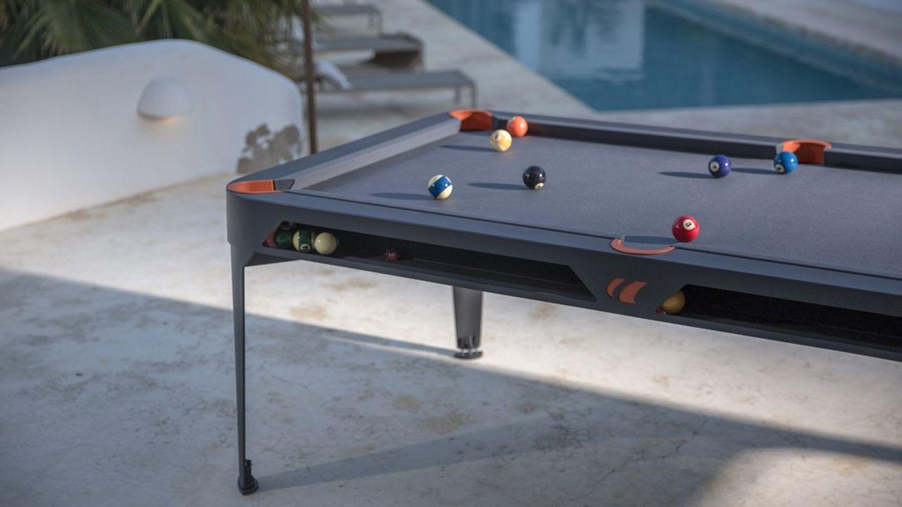 Avec son plateau en ardoise composite, la table a été conçue pour supporter des conditions climatiques extrêmes.