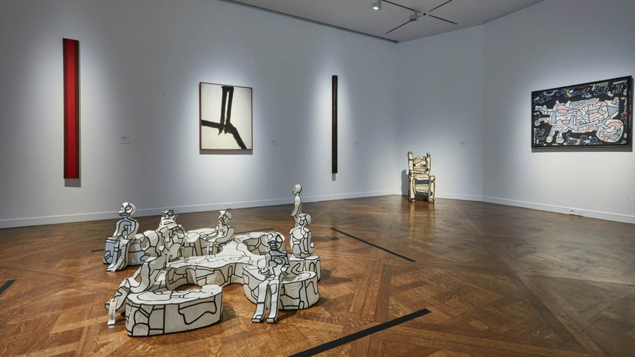 Vue de l'exposition des oeuvres phares de la collection Pei chez Christie's, à Paris. De gauche à droite Barnett, Newman, Franz Kline, Barnette Newman, Jean Dubuffet. Les deux sculptures sont de Jean Dubuffet.