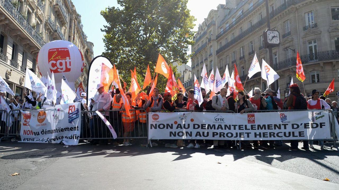 Plusieurs syndicats et agents EDF se sont rassemblés à Paris, jeudi.