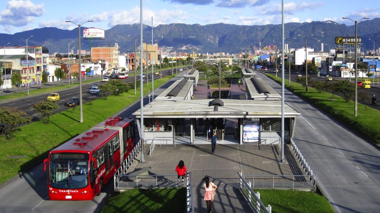 En plein coeur de Bogotá, les bus du TransMilenio disposent de 114kilomètres de voies réservées, avec des arrêts conçus comme des stations de métro.