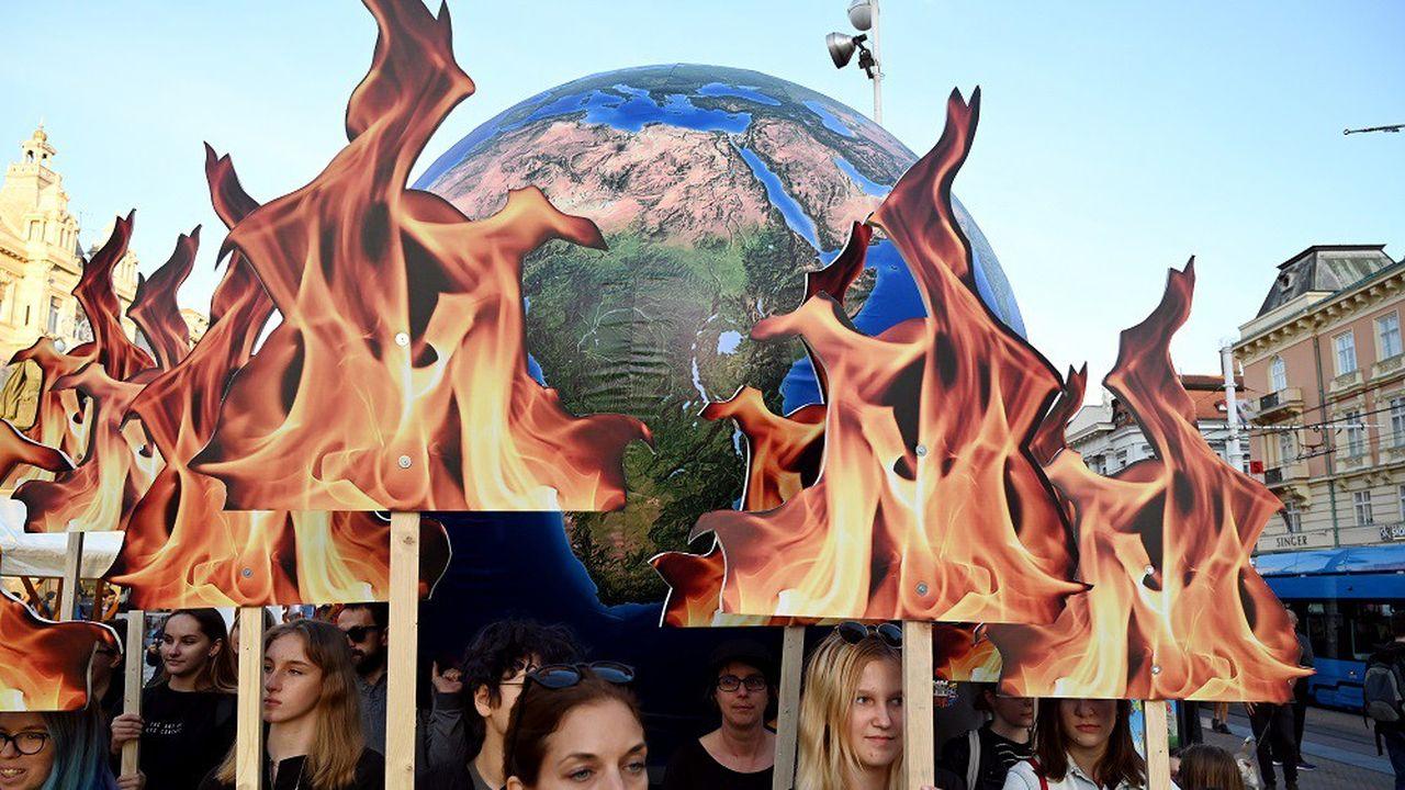 Des étudiants et militants brandissent un globe terrestre en feu lors d'une manifestation pour le climat à Zagreb, en Croatie, le 20septembre 2019.