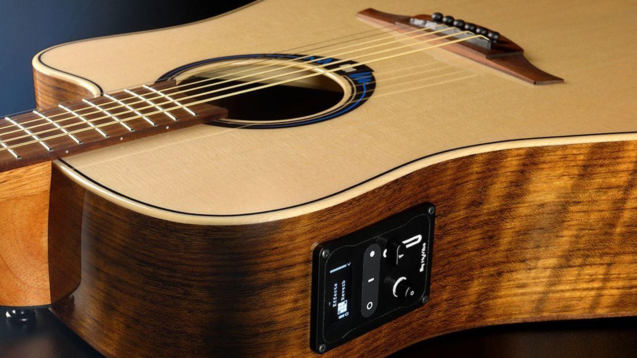 Seul un petit boîtier de commande est visible sur le haut de l'éclisse de la guitare, le reste de la technologie étant caché dans l'instrument.