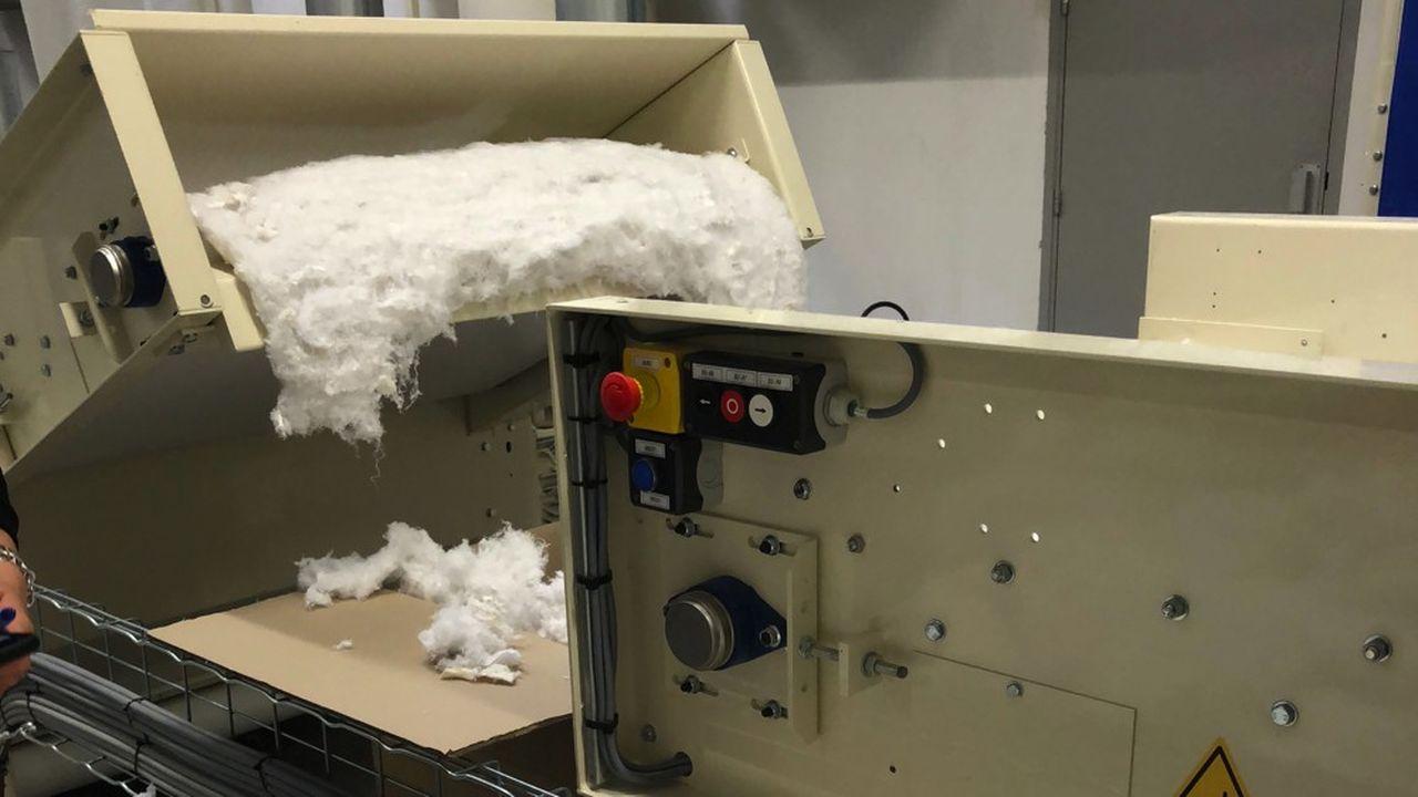 Les machines vont déchiqueter et effilocher les vêtements usagés une fois débarrassés de boutons, fermetures et autres accessoires