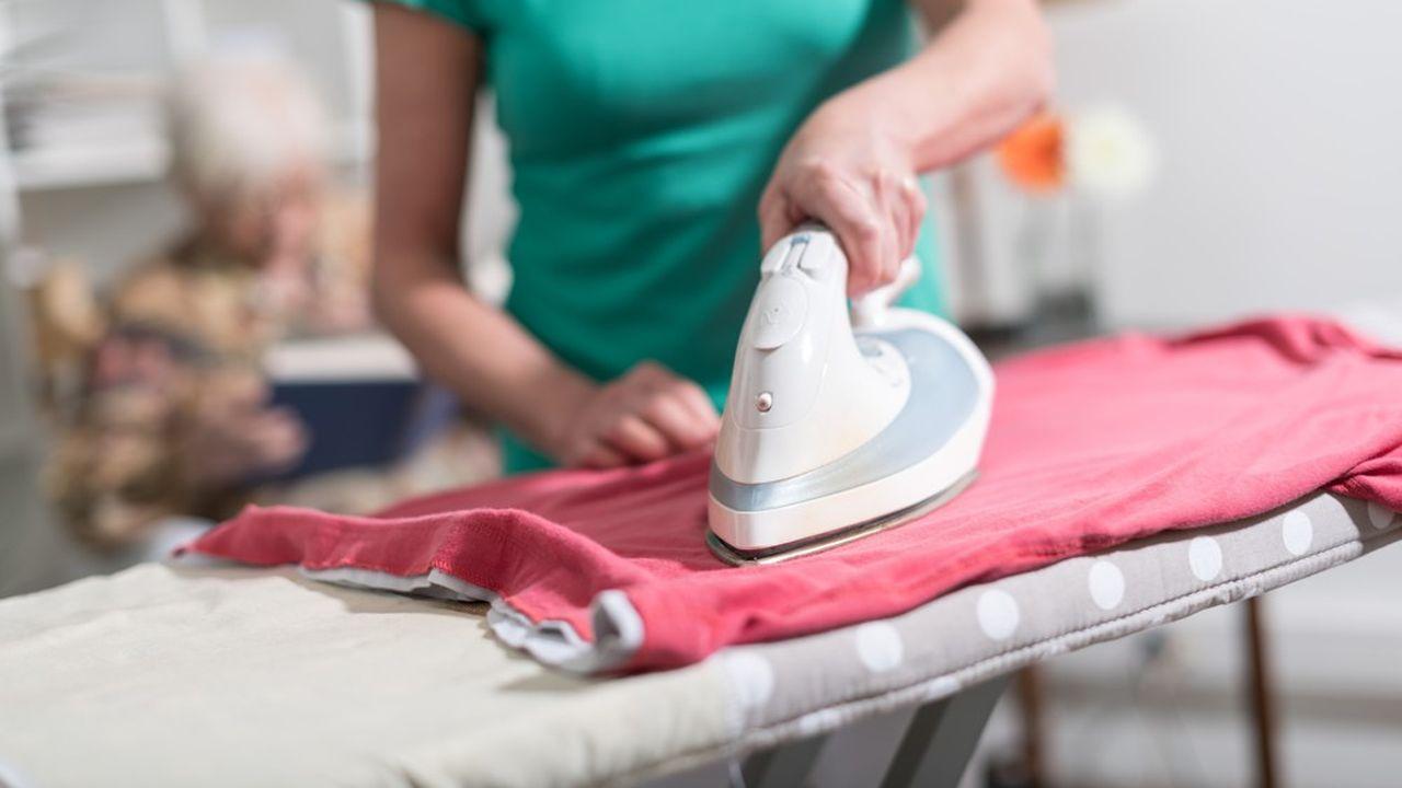 Le secteur de l'aide à domicile, particuliers employeurs et fédérations de prestataires, s'inquiète des conséquences d'une hausse des charges.
