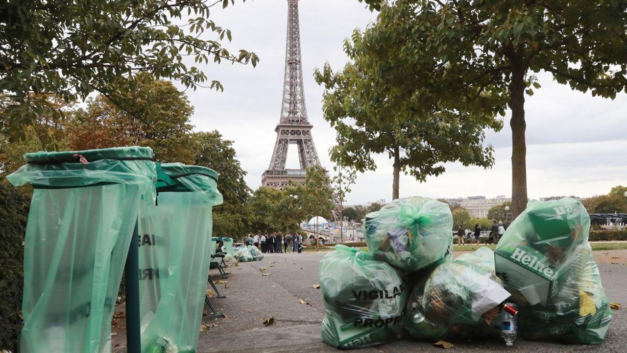 Vue plongeante sur la tour Eiffelprise dimanche 22septembre 2019: les sacs-poubelles'accumulent sous le regard des touristes.