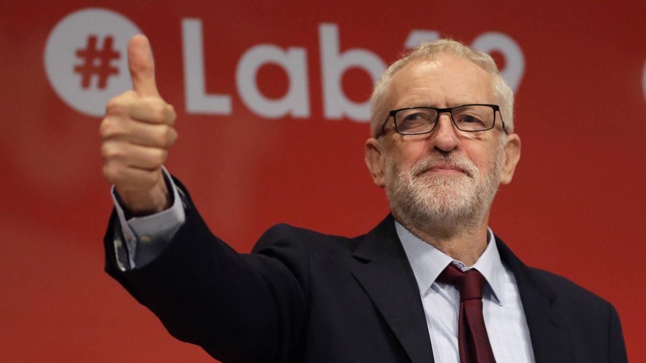 «Johnson out!», a scandé la salle pendant que Jeremy Corbyn levait le pouce en signe de victoire.