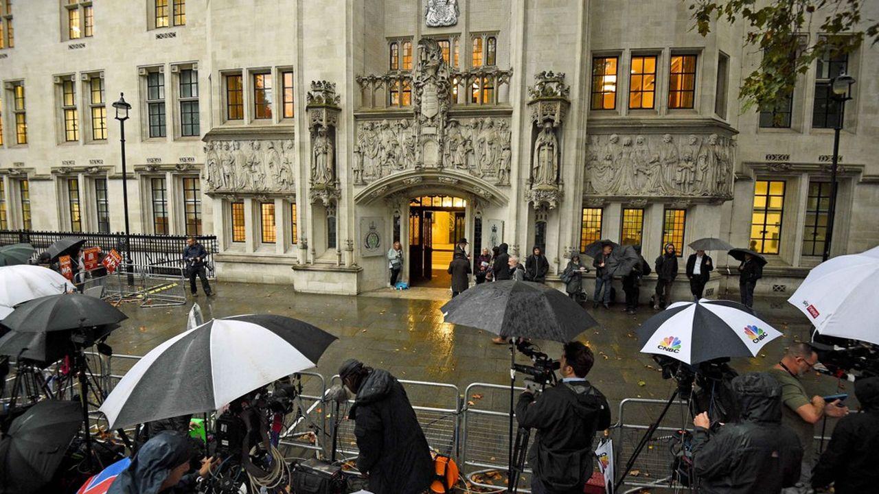Le «Daily Telegraph» déplore que «les juges aient choisi la voie la plus extrême qu'il soit, décidant à l'unanimité que le Premier ministre avait trompé la Reine et agi illégalement»
