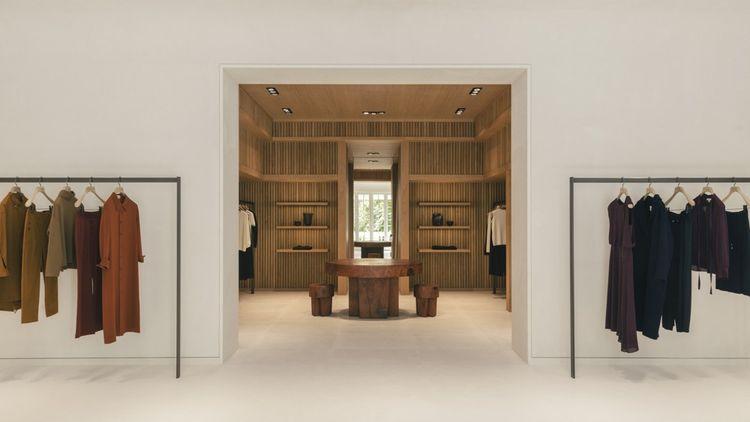 Installé sur quatre niveaux dans un ancien hôtel particulier de l'avenue George-V, le premier flagship international de la marque.