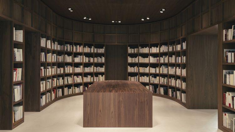 Le dernier niveau accueille une librairie dédiée à l'art de vivre chinois et un lieu d'exposition.