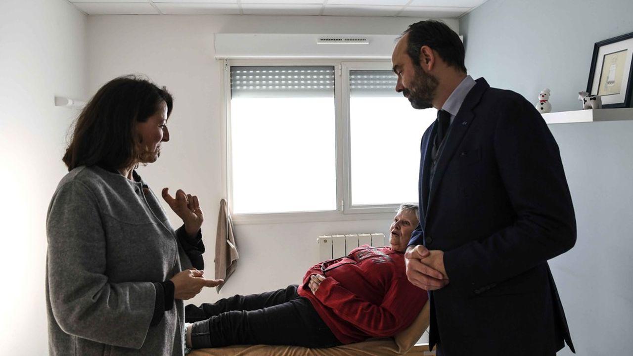La ministre de la Santé, Agnès Buzyn, et le Premier ministre, Edouard Philippe, en visite ici dans une maison de retraite près de Tours, préparent un plan pour la prise en charge de la dépendance pour la fin de l'année.