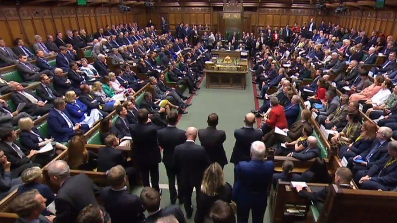 Toute la journée, l'ambiance a été électrique, à Westminster. Certains demandaient au Premier ministre de présenter ses excuses, pour avoir utilisé son pouvoir de suspension du Parlement afin de le museler en plein Brexit.D'autres, et jusque dans les rangs du gouvernement, contestaient plus ou moins ouvertement la décision de la Cour suprême.