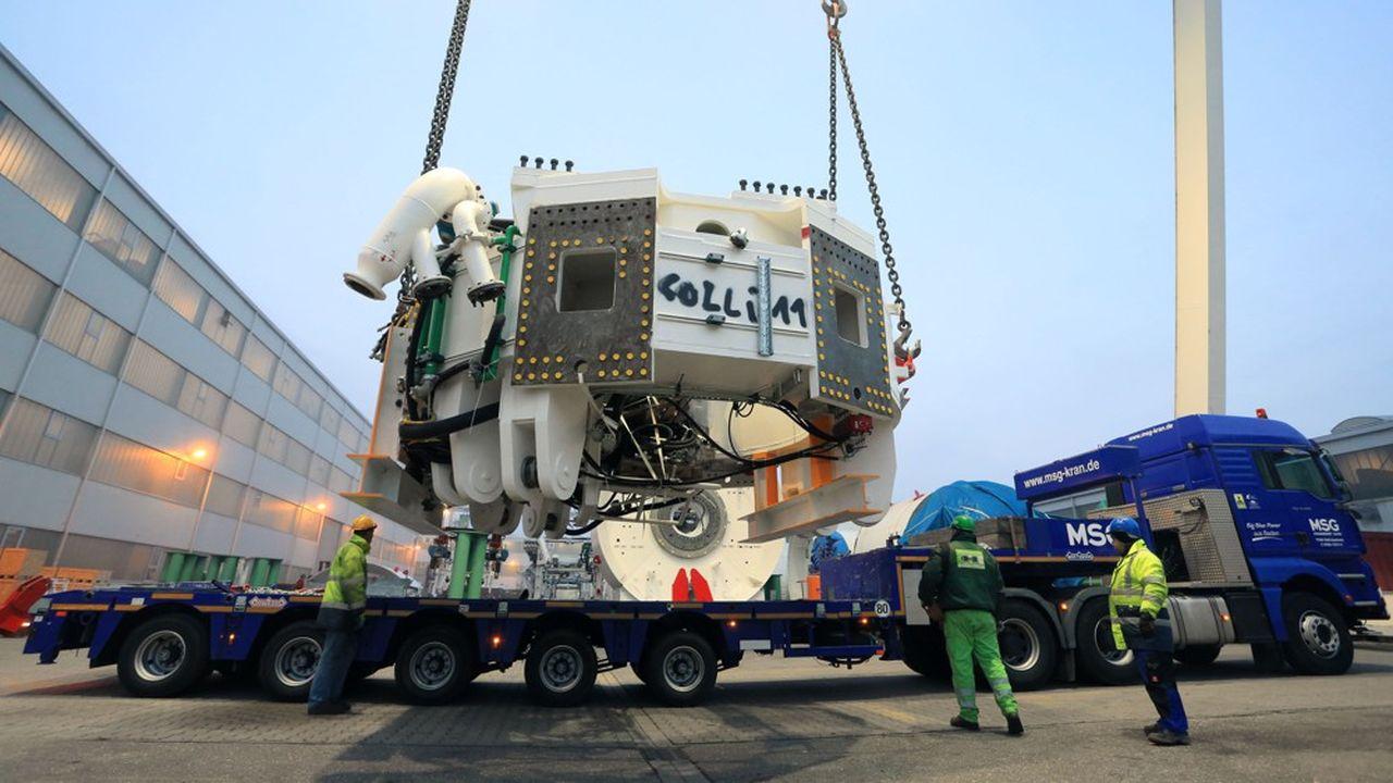 Les tunneliers sont démontés puis transportés, en différentes pièces, qui pèsent entre 28 et 78 tonnes chacune.