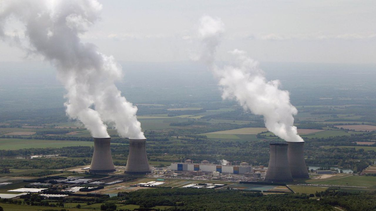 Centrale nucleaire de Dampierre sur les rives de la Loire.