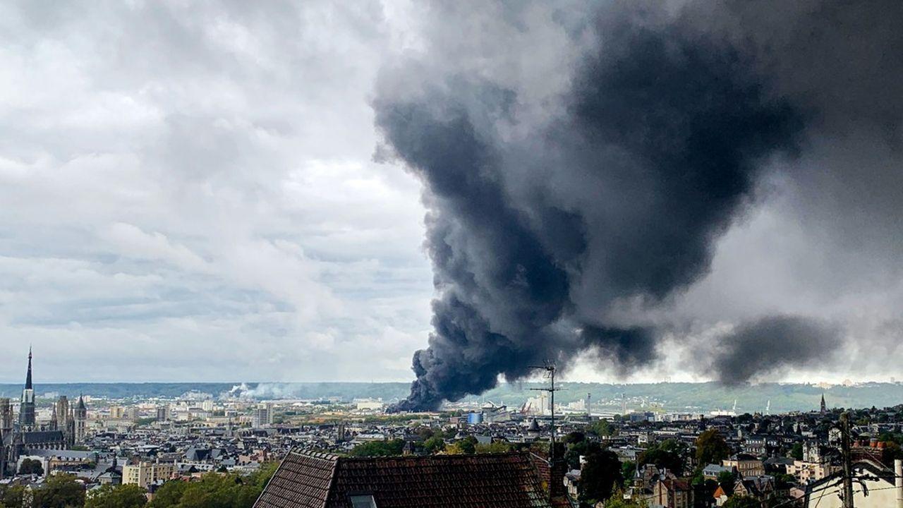 L'incendie de l'usine Seveso seuil haut de Lubrizol à Rouen a provoqué un nuages de suie au dessus de la ville.
