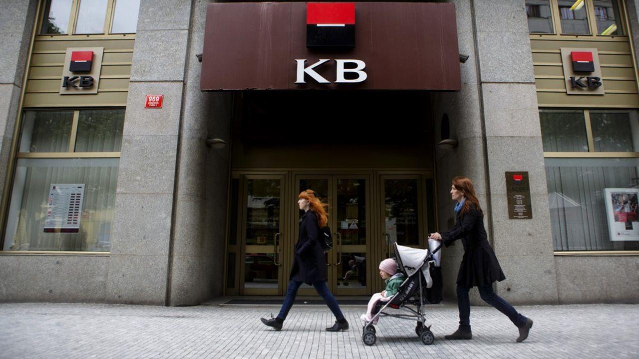 La Komercni Banka (KB) sert environ 2,4millions de clients (dont 1,6million de particuliers), pour un chiffre d'affaires de 32,2milliards de couronnes, soit 1,2milliard d'euros (en hausse de 3,7% par rapport à 2017).
