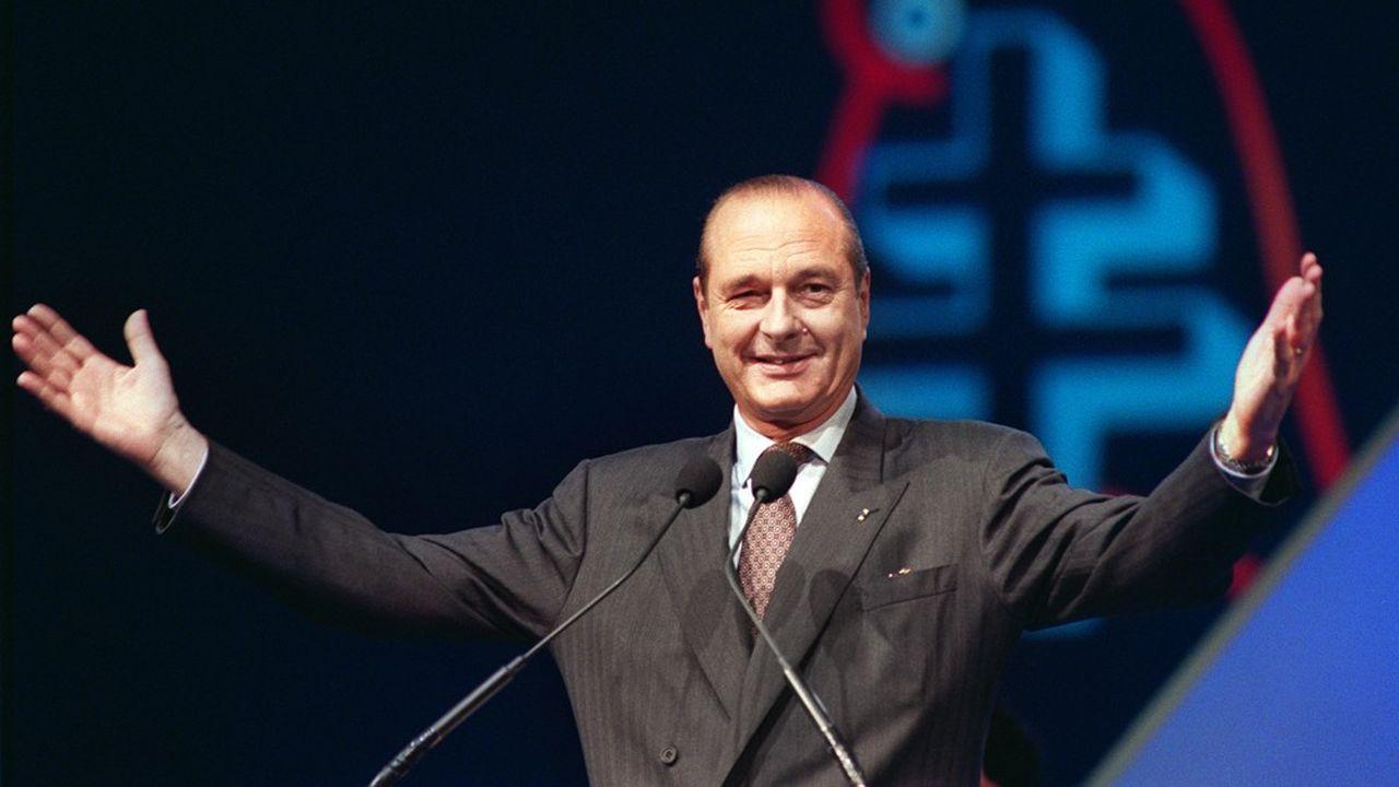 Alors maire de Paris, Jacques Chirac salue la foule le 11février 1990, après son élection à la présidence du RPR lors des Assises Nationales du parti, au Bourget