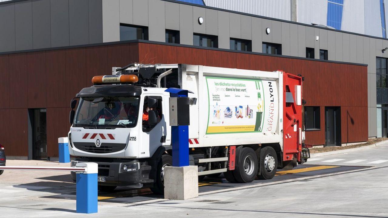 Pour collecter plus de plastique, le Sénat a introduit l'obligation, pour les éco-organismes, de financer la collecte sélective en 2025 des déchets d'emballages jetés hors foyer, dans les rues ou lieux d'accueil du public.